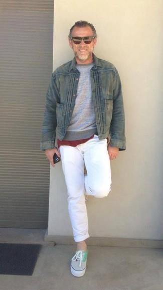 Как и с чем носить: оливковая джинсовая куртка, серый свитер с круглым вырезом, темно-красная футболка с круглым вырезом, белые брюки чинос