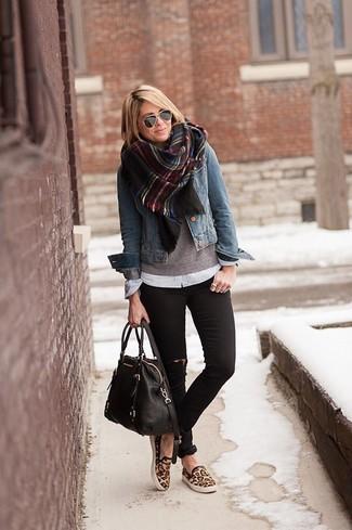 Синяя джинсовая куртка и черные рваные джинсы скинни — выбирай этот вариант, если не боишься быть в центре внимания. Создать модный контраст с остальными вещами из этого образа помогут коричневые слипоны с леопардовым принтом.