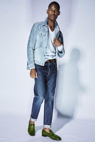 Как и с чем носить: голубая джинсовая куртка, голубой свитер с v-образным вырезом, белая футболка с v-образным вырезом, темно-синие джинсы