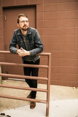 Серый свитшот: с чем носить и как сочетать мужчине: Серый свитшот и черные джинсы без сомнений украсят гардероб любого современного мужчины. Хочешь добавить сюда немного строгости? Тогда в качестве обуви к этому ансамблю, выбери коричневые кожаные повседневные ботинки.