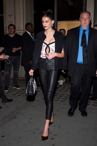 Как и с чем носить: черная джинсовая куртка, белый топ без рукавов с пайетками, черные кожаные узкие брюки, темно-красные бархатные туфли