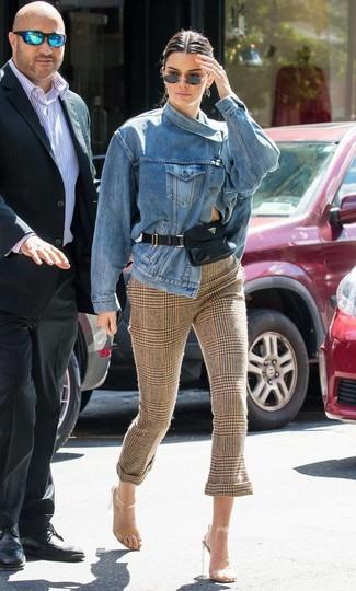 Как и с чем носить: синяя джинсовая куртка, коричневые узкие брюки в шотландскую клетку, прозрачные резиновые босоножки на каблуке, черная кожаная поясная сумка
