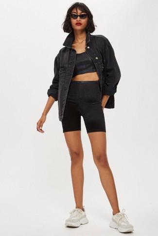 Как и с чем носить: черная джинсовая куртка, черный укороченный топ, черные велосипедки, бежевые кроссовки