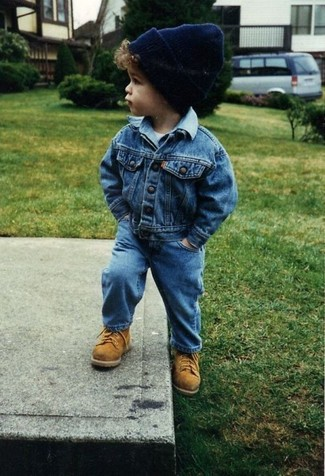 Как и с чем носить: синяя джинсовая куртка, белая футболка, синие джинсы, светло-коричневые ботинки