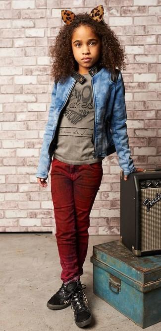 Как и с чем носить: синяя джинсовая куртка, серая футболка с принтом, темно-красные джинсы, черные кеды