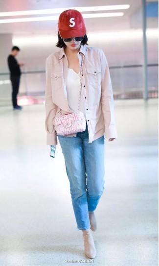 Как и с чем носить: розовая джинсовая куртка, белая футболка на пуговицах, синие джинсы, бежевые замшевые ботильоны