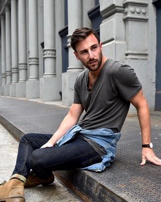 Как и с чем носить: голубая джинсовая куртка, темно-серая футболка на пуговицах, темно-синие джинсы, светло-коричневые замшевые ботинки дезерты