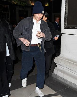 Как и с чем носить: темно-серая джинсовая куртка, белая футболка на пуговицах, темно-синие вельветовые джинсы, белые низкие кеды из плотной ткани