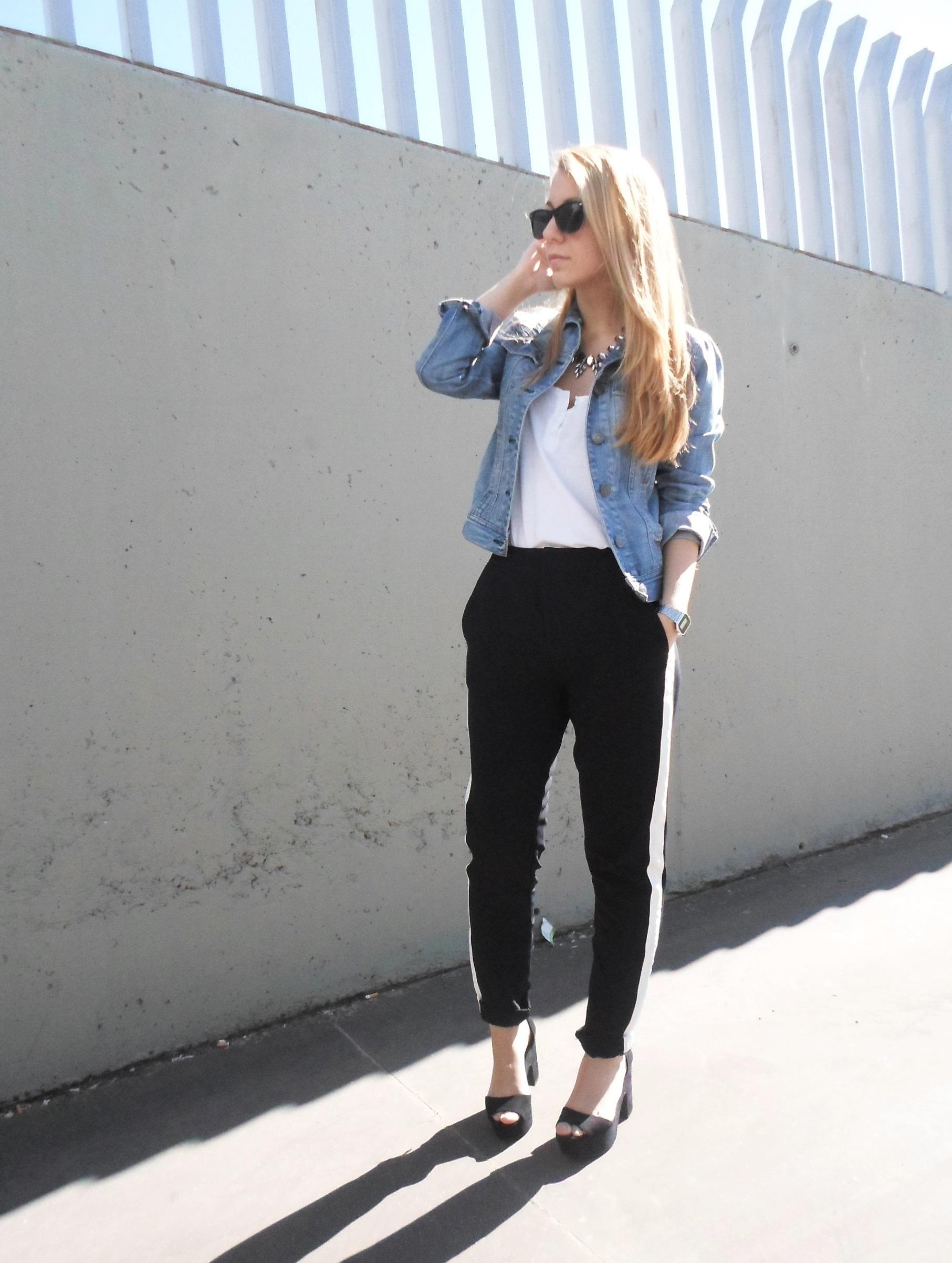 c92468eb Как и с чем носить: голубая джинсовая куртка, белая футболка на пуговицах,  черно