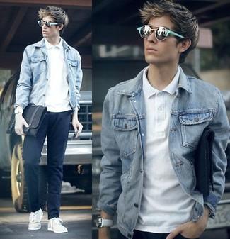 Как и с чем носить: серая джинсовая куртка, белая футболка-поло, темно-синие брюки чинос, белые низкие кеды