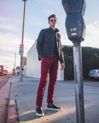 Как и с чем носить: темно-синяя джинсовая куртка, черная футболка-поло, темно-красные брюки чинос, черные кожаные слипоны