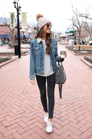 Как и с чем носить: синяя джинсовая куртка, бело-темно-синяя футболка с длинным рукавом в горизонтальную полоску, черные рваные джинсы скинни, белые низкие кеды