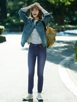 Как и с чем носить: синяя джинсовая куртка, бело-темно-синяя футболка с длинным рукавом в горизонтальную полоску, темно-синие джинсы скинни, серые высокие кеды из плотной ткани