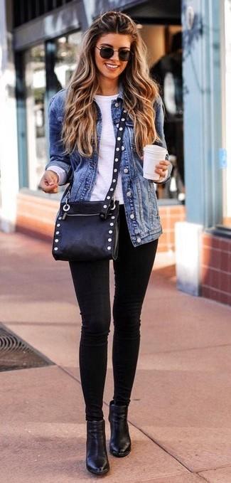 Как и с чем носить: синяя джинсовая куртка, белая футболка с длинным рукавом, черные джинсы скинни, черные кожаные ботильоны