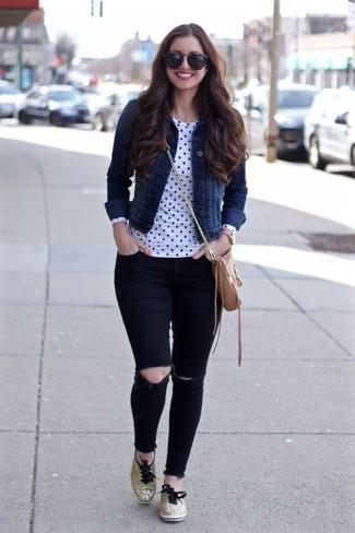 Как и с чем носить: темно-синяя джинсовая куртка, бело-черная футболка с длинным рукавом в горошек, черные рваные джинсы скинни, золотые низкие кеды
