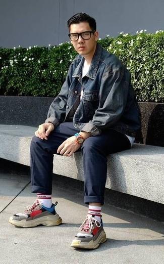 Как и с чем носить: темно-синяя джинсовая куртка, белая футболка с круглым вырезом, темно-синие брюки чинос, разноцветные кроссовки