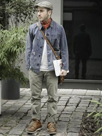 Как и с чем носить: серая джинсовая куртка, белая футболка с круглым вырезом, оливковые брюки чинос, коричневые кожаные повседневные ботинки