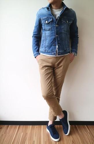 Как и с чем носить: синяя джинсовая куртка, серая футболка с круглым вырезом с принтом, светло-коричневые брюки чинос, темно-синие низкие кеды из плотной ткани
