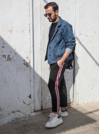 Как и с чем носить: синяя джинсовая куртка, черная футболка с круглым вырезом, черные брюки чинос в вертикальную полоску, белые кожаные низкие кеды