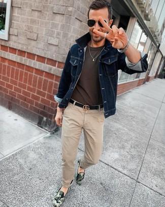 Как и с чем носить: темно-синяя джинсовая куртка, темно-серая футболка с круглым вырезом, бежевые брюки чинос, темно-зеленые слипоны с камуфляжным принтом