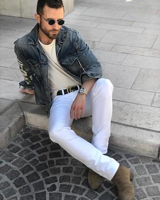 Как и с чем носить: темно-синяя джинсовая куртка, бежевая футболка с круглым вырезом, белые брюки чинос, оливковые замшевые ботинки челси