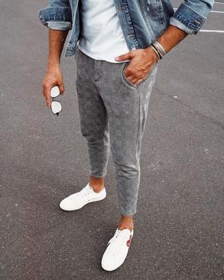 Как и с чем носить: синяя джинсовая куртка, белая футболка с круглым вырезом, серые брюки чинос в шотландскую клетку, белые низкие кеды