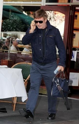 Как и с чем носить: темно-синяя джинсовая куртка, черная футболка с круглым вырезом, темно-синие брюки чинос, черные кожаные лоферы