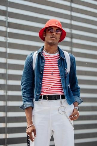 Как и с чем носить: синяя джинсовая куртка, бело-красная футболка с круглым вырезом в горизонтальную полоску, белые брюки чинос, белый рюкзак из плотной ткани