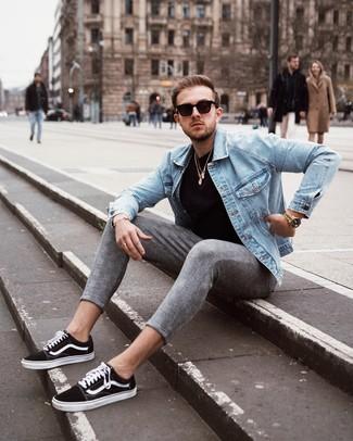 Черно-белые низкие кеды из плотной ткани: с чем носить и как сочетать мужчине: Голубая джинсовая куртка и серые брюки чинос в шотландскую клетку прочно обосновались в гардеробе многих джентльменов, позволяя создавать яркие и комфортные образы. Черно-белые низкие кеды из плотной ткани — великолепный вариант, чтобы завершить лук.