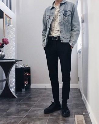Черные брюки чинос: с чем носить и как сочетать: Голубая джинсовая куртка и черные брюки чинос — великолепный образ, если ты ищешь расслабленный, но в то же время модный мужской образ. Не прочь привнести сюда немного строгости? Тогда в качестве обуви к этому ансамблю, стоит обратить внимание на черные кожаные туфли дерби.
