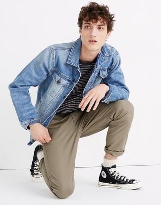 Модные мужские луки 2020 фото в стиле кэжуал: Синяя джинсовая куртка и коричневые брюки чинос — необходимые предметы в гардеробе поклонников расслабленного стиля. Дополнив лук черно-белыми высокими кедами из плотной ткани, можно привнести в него свежую нотку.