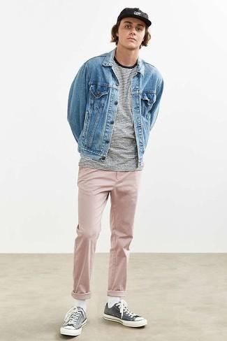 Мода для подростков парней: Несмотря на свою простоту, дуэт голубой джинсовой куртки и розовых брюк чинос приходится по душе джентльменам, покоряя при этом дамские сердца. Чтобы добавить в лук немного фривольности , на ноги можно надеть темно-серые низкие кеды из плотной ткани.