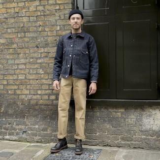 Черные кожаные повседневные ботинки: с чем носить и как сочетать мужчине: Темно-синяя джинсовая куртка и светло-коричневые брюки чинос — замечательная идея для несложного, но стильного мужского ансамбля. Любишь яркие идеи? Заверши лук черными кожаными повседневными ботинками.