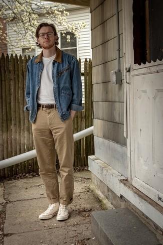 Мужские луки: Привлекательное сочетание синей джинсовой куртки и светло-коричневых брюк чинос без сомнений будет обращать на себя дамские взоры. Создать красивый контраст с остальными элементами этого лука помогут белые высокие кеды из плотной ткани.