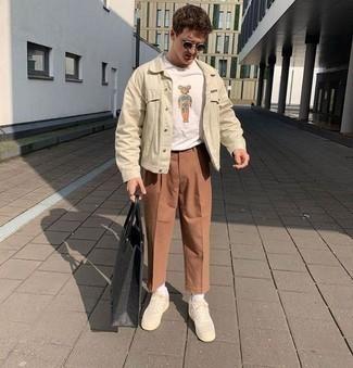 Мужские луки: Дуэт бежевой джинсовой куртки и коричневых брюк чинос позволит воплотить в твоем ансамбле городской стиль современного мужчины. Незаурядные мужчины закончат образ бежевыми низкими кедами из плотной ткани.