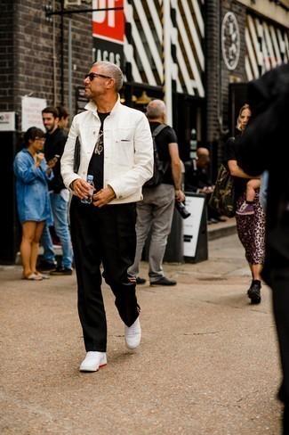 Как одеваться мужчине за 40: Если в одежде ты ценишь удобство и функциональность, черная футболка с круглым вырезом — замечательный вариант для привлекательного мужского образа на каждый день.