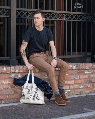 С чем носить темно-коричневые замшевые повседневные ботинки мужчине: Темно-синяя джинсовая куртка и коричневые брюки чинос прочно обосновались в гардеробе многих джентльменов, помогая составлять запоминающиеся и стильные ансамбли. Хочешь привнести сюда нотку элегантности? Тогда в качестве обуви к этому луку, выбери темно-коричневые замшевые повседневные ботинки.