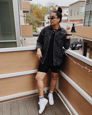 Как и с чем носить: черная джинсовая куртка, черная футболка с круглым вырезом, черные велосипедки, белые кожаные низкие кеды