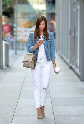 Как и с чем носить: голубая джинсовая куртка, белая футболка с круглым вырезом, белые рваные джинсы скинни, светло-коричневые замшевые ботильоны