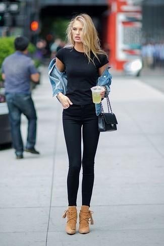 Как и с чем носить: синяя джинсовая куртка, черная футболка с круглым вырезом, черные джинсы скинни, светло-коричневые замшевые ботильоны