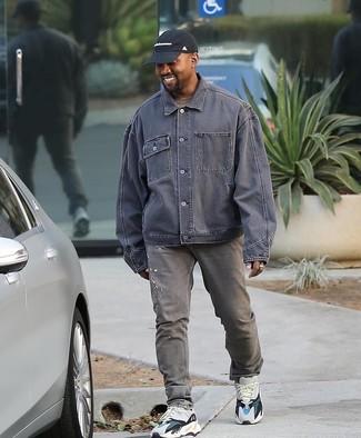 Как и с чем носить: серая джинсовая куртка, коричневая футболка с круглым вырезом, серые джинсы, белые кроссовки