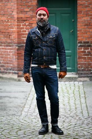 Как и с чем носить: темно-синяя джинсовая куртка, белая футболка с круглым вырезом, темно-синие джинсы, черные кожаные ботинки дезерты