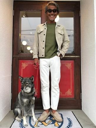 Как и с чем носить: бежевая джинсовая куртка, оливковая футболка с круглым вырезом, белые джинсы, бежевые замшевые лоферы