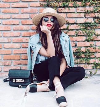 Как и с чем носить: голубая джинсовая куртка, белая футболка с круглым вырезом, черные джинсы, черные кожаные эспадрильи