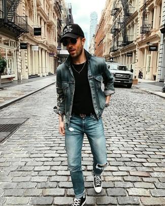 Как и с чем носить: темно-синяя джинсовая куртка, черная футболка с круглым вырезом, синие рваные джинсы, черно-белые высокие кеды из плотной ткани