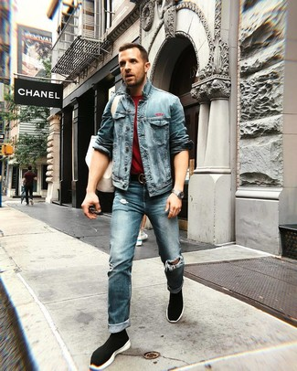 Как и с чем носить: синяя джинсовая куртка, темно-красная футболка с круглым вырезом, синие рваные джинсы, черные высокие кеды