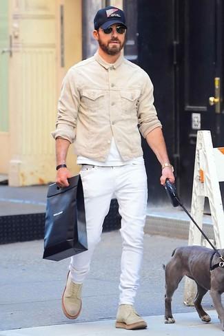 Как и с чем носить: бежевая джинсовая куртка, белая футболка с круглым вырезом, белые джинсы, бежевые замшевые повседневные ботинки