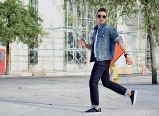 В синей джинсовой куртке и темно-синих джинсах можно пойти на свидание или провести выходной день, когда в программе культурное мероприятие. Темно-синие кожаные низкие кроссовки гармонично дополнят образ.