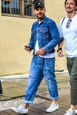 Синяя джинсовая куртка: с чем носить и как сочетать мужчине: Синяя джинсовая куртка и синие рваные джинсы позволят создать легкий и комфортный ансамбль для выходного дня в парке или вечера в шумном заведении с друзьями. Думаешь привнести в этот лук немного строгости? Тогда в качестве дополнения к этому луку, обрати внимание на белые низкие кеды из плотной ткани.
