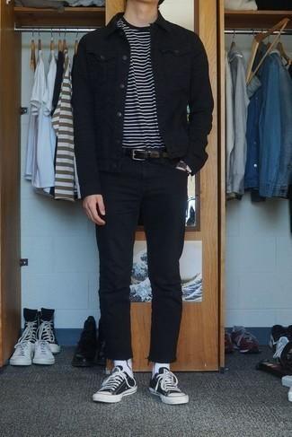 Черно-белые низкие кеды из плотной ткани: с чем носить и как сочетать мужчине: Комбо из черной джинсовой куртки и черных джинсов однозначно будет привлекать внимание прекрасных дам. Пара черно-белых низких кед из плотной ткани гармонично интегрируется в этот образ.